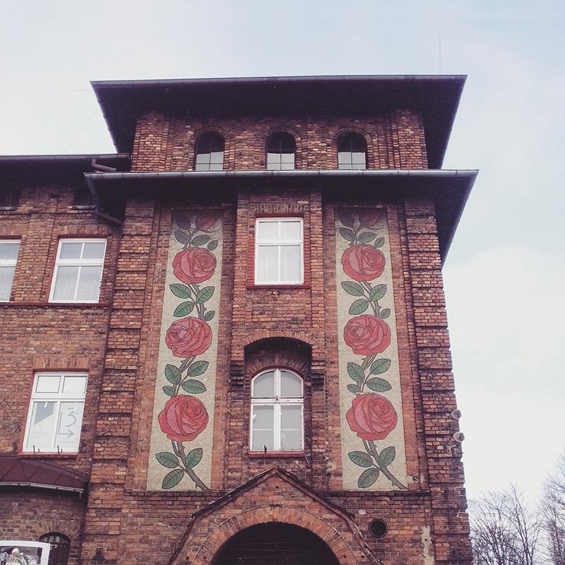 Budynek d. poczty zdobiony mozaiką