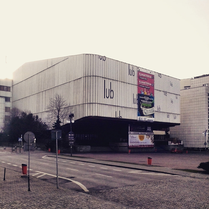 Nadwieszona bryła dawnej siedziby NOSPR - sala wisi (!), a reklamy są na lekkiej konstrukcji stalowej